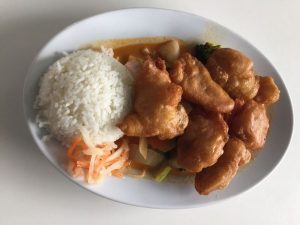 Frittiertes mit Reis im ASIA WOK